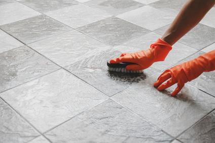 putzfrau beim reinigung von fliesenfugen und fliesenreinigung https://gebaeudereiniger-nuernberg.de/fliesenfugen-reinigung